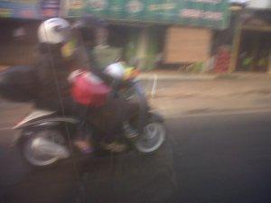 sekeluarga naik motor bebek: 2 anak + ibu+ bapak SIAPA yang mesti tanggu jawab jika ada kecelakaan??